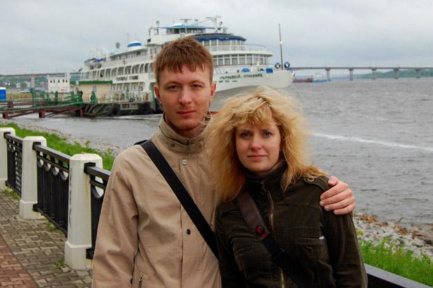 С Еленой на берегу реки в Костроме