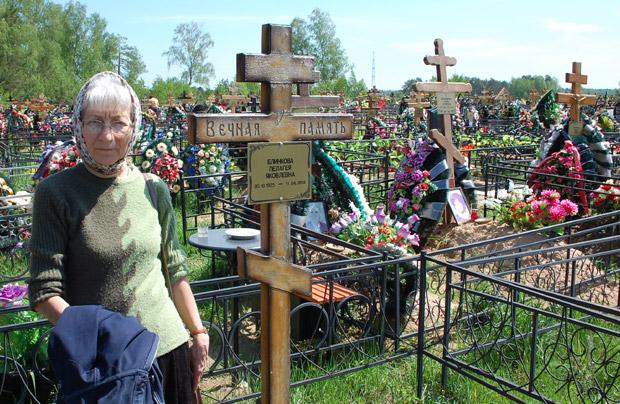Мама рядом с могилой бабушки на кладбище «Передоль»