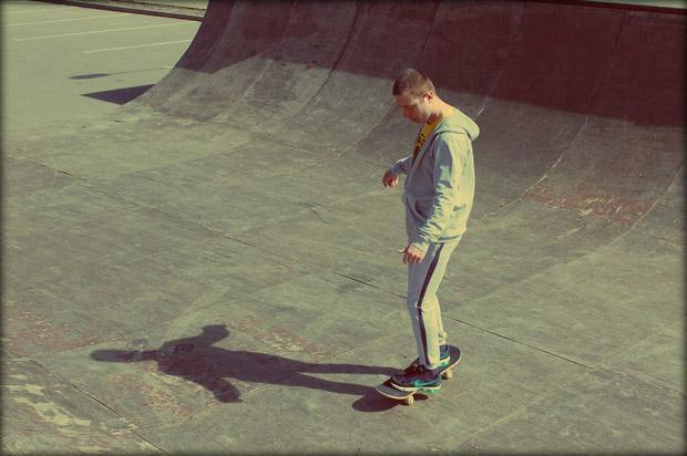 Постигаю на рампе в Обнинске основы катания на скейтборде