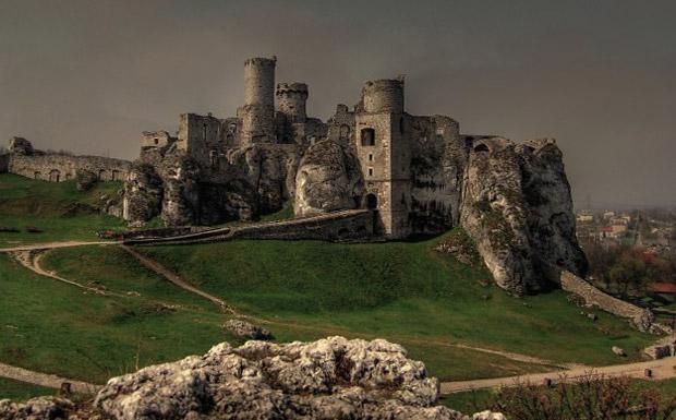 Замок «Огродзенец» в южной Польше — одно из мест, где снимался сериал «Чародей» (1995).